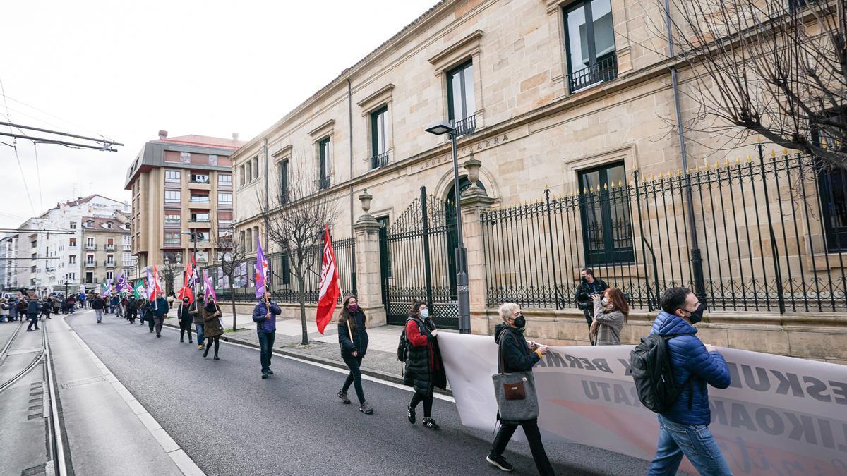 Sindicatos rechazan, en torno al Parlamento Vasco, los Presupuestos de la Comunidad Atónoma Vasca para 2021