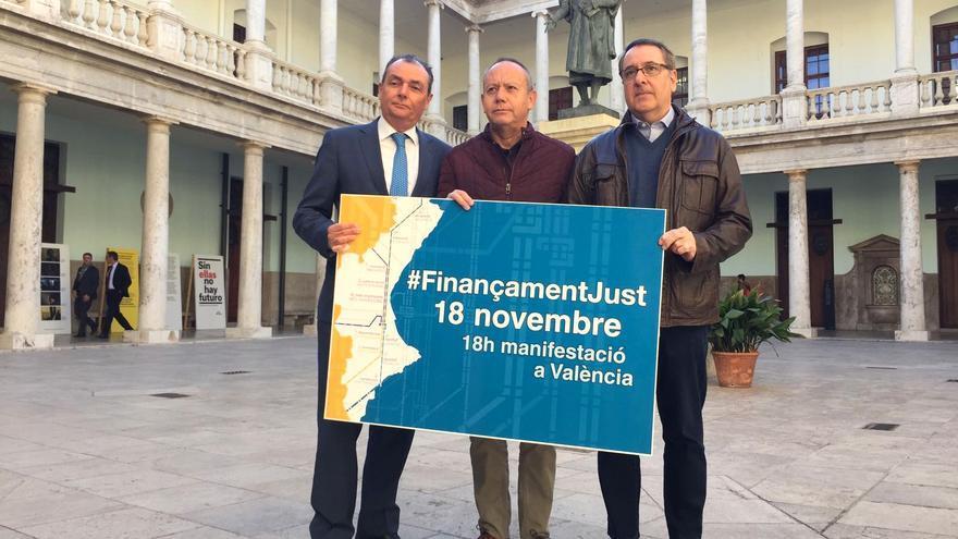 Salvador Navarro, presidente de la CEV, Ismael Sáez, secretario general de UGT-PV, y Arturo León, secretario general de CCOO-PV