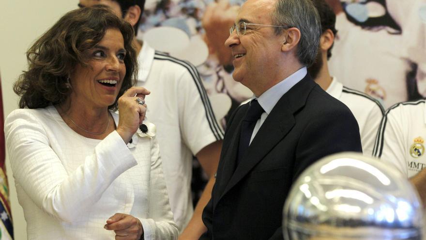 El presidente del Real Madrid, Florentino Pérez, conversa con la alcaldesa de Madrid, Ana Botella, durante la recepción que la regidora madrileña ha ofrecido a jugadores y cuerpo técnico del Real Madrid. EFE/Kote Rodrigo