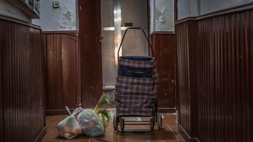 Imagen de la cesta de alimentos que han recibido Abdelali y sus dos compañeros de piso