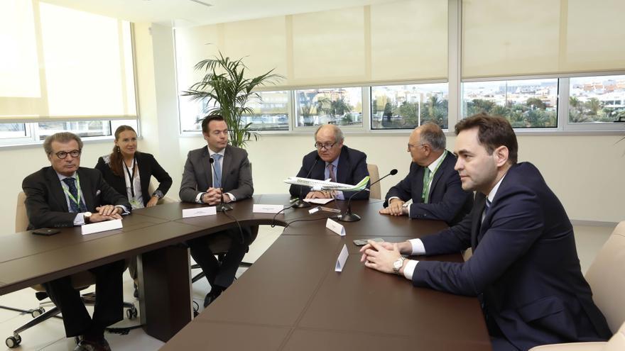 Firma del acuerdo en la sede de Binter en Gran Canaria.