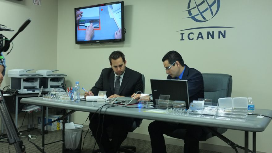 Miembros de la ICANN activando el HSM (Foto: ICANN)