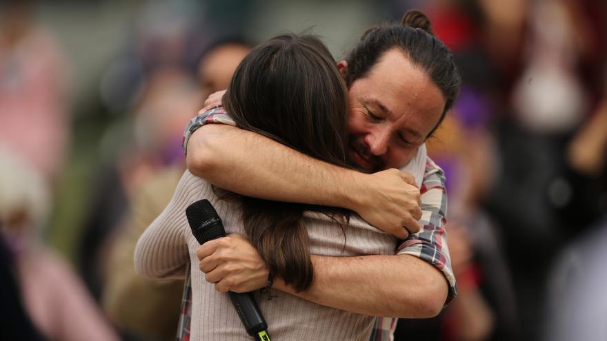La ministra de Igualdad, Irene Montero, y el candidato de Unidas Podemos a la Comunidad de Madrid, Pablo Iglesias, se abrazan durante un acto electoral del partido, a 30 de abril de 2021, en el Parque Olof Palme de Usera, Madrid, (España).