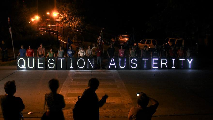"""""""Cuestiona la austeridad"""""""