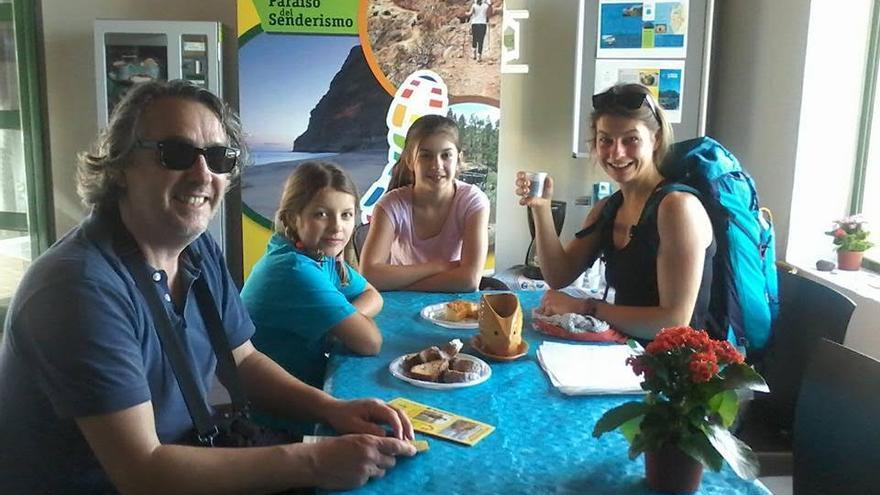 Visitantes  en el  Centro de Interpretación del Área Marina Ecoturística Litoral de La Aldea de San Nicolás.