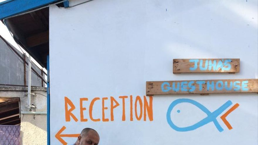 Ahmed pintando el albergue. Foto: Juha's guesthouse/Facebook
