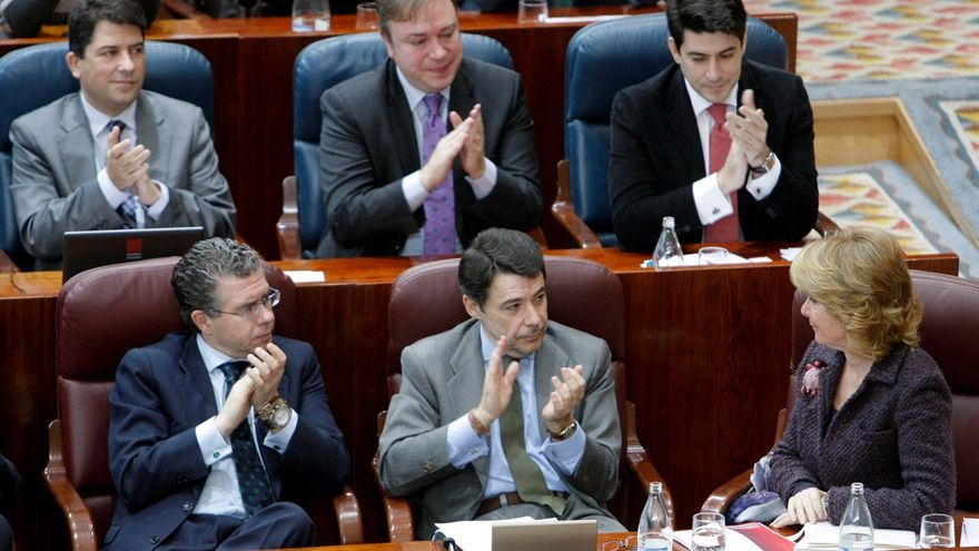 Granados y González aplauden a Aguirre en la Asamblea de Madrid en febrero de 2010. Foto: Ángel Díaz/EFE.