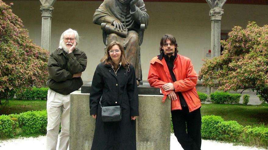 Martínez Santos (derecha) con el físico John Ellis y otra investigadora del LHC