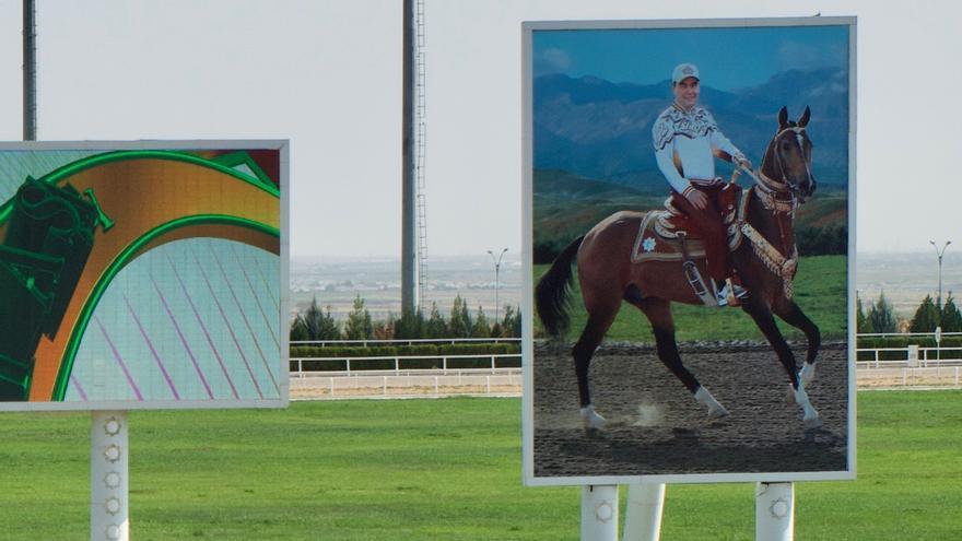 Un retrato del dictador a caballo preside la línea de meta del hipódromo de Ashgabat.