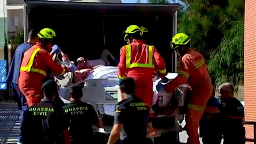 Teo Rodríguez a su llegada al centro de salud de Turís en un camión de mudanzas