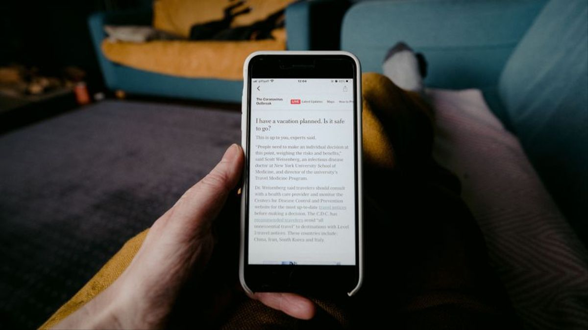 Un lector consulta el New York Times en su móvil.