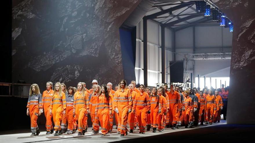 Varios bailarines actúan durante la inauguración del túnel ferroviario de San Gotardo, el más largo y más profundo del mundo, en el recinto ferial Rynaecht, en el portal norte, en Erstfeld (Suiza)