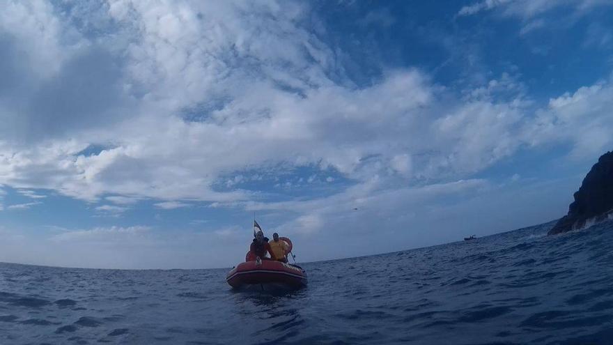En la imagen, miembros del dispositivo de búsqueda, este sábado, en la lancha del Grupo Subacuático de Bomberos La Palma. Foto: BOMBEROS LA PALMA