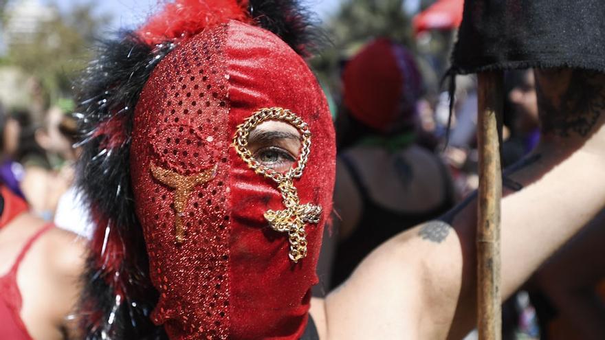 Una manifestante de la marcha del 8M de 2020 en Santiago de Chile.