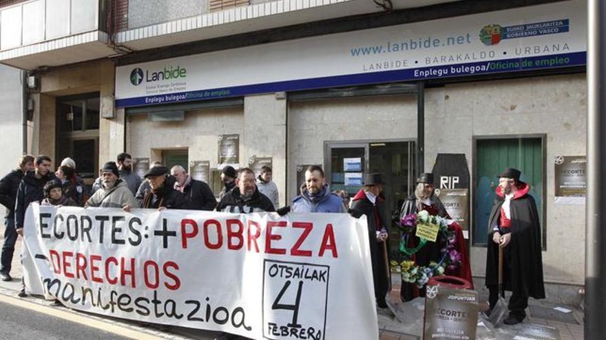 Protesta por el recorte en los derechos sociales junto a una sede de Lanbide.