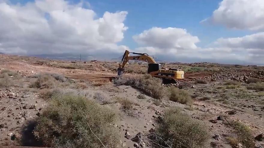 Excavadora trabajando en el solar de La Tejita