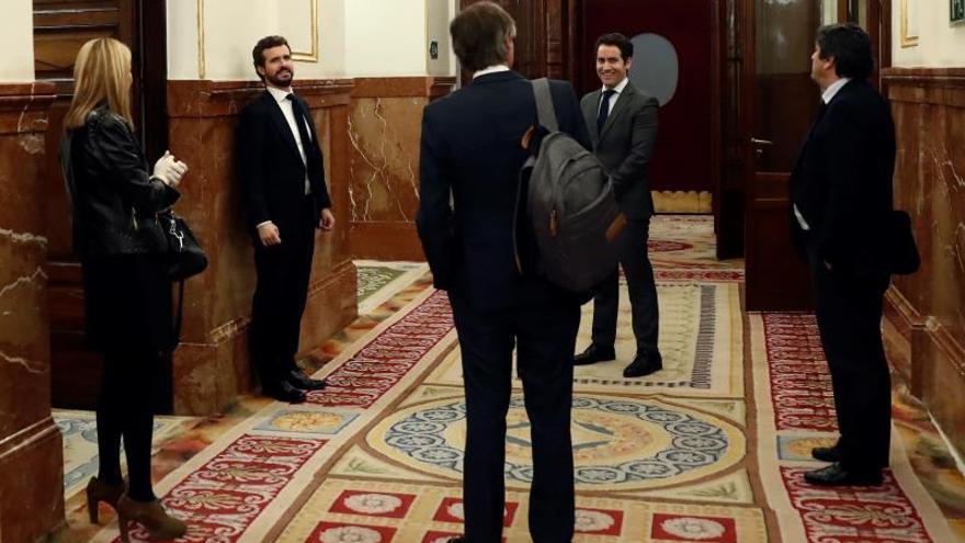 El líder del PP,PabloCasado (2-i), y el secretario general del PP, Teodoro GarcíaEgea (2-d), tras el pleno celebrado este jueves por la tarde en el Congreso de los Diputados para aprobar reales decretos.