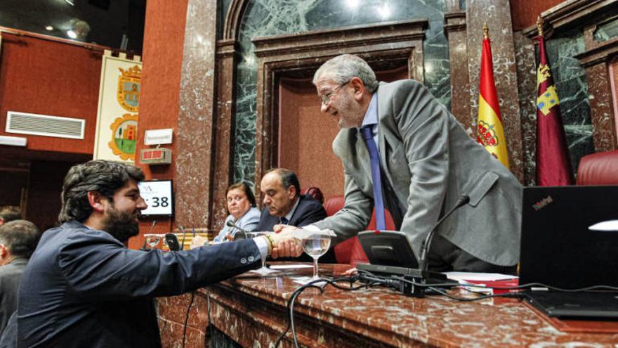 Alberto Castillo (d) saluda a Fernando López Miras en la Asamblea Regional