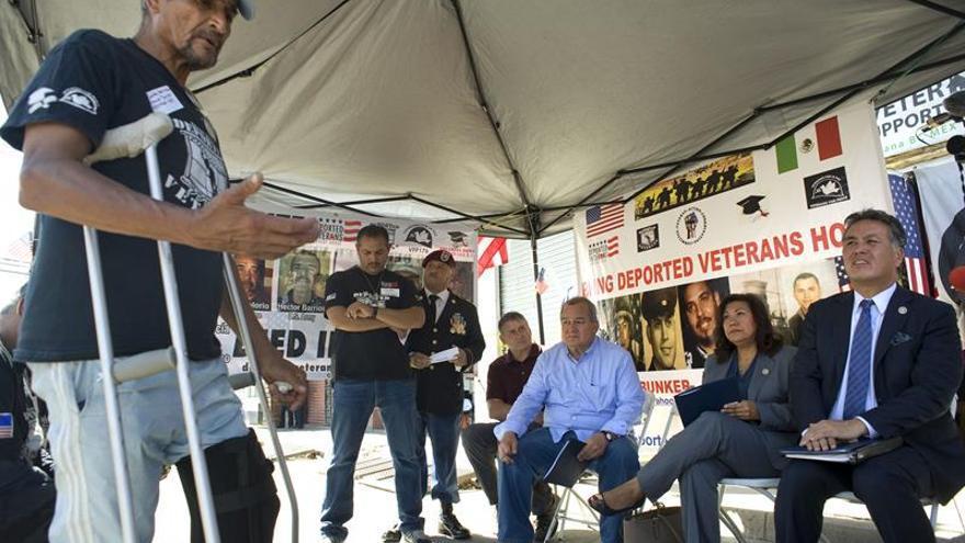 Congresistas estadounidenses visitan a veteranos deportados en México