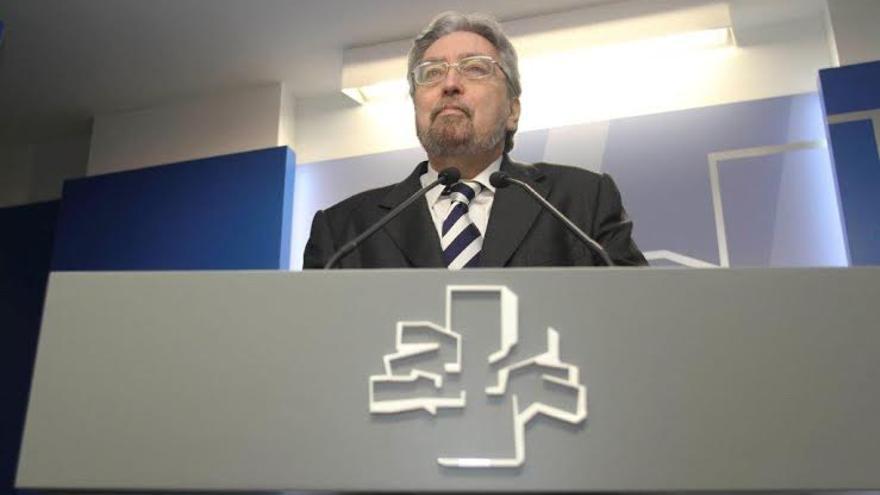 Manuel Lezertua cuando fue investido como Ararteko.