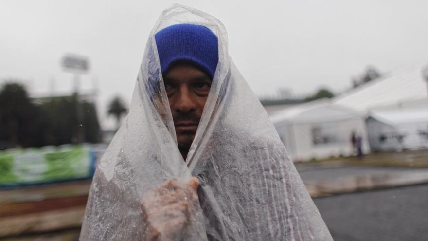 """Migrantes centroamericanos se protegen del frio debido a una onda gélida que afecta al país mientras permanecen en el estadio deportivo Jesús Martínez """"Palillo , en Ciudad de México (México). Foto: EFE/Sáshenka Gutiérrez"""