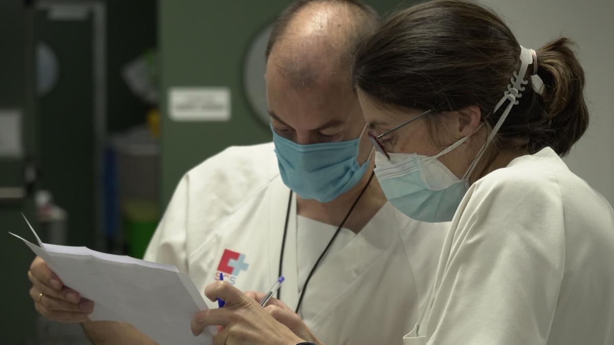 Personal sanitario en la UCI del Hospital de Valdecilla de Santander durante la pandemia de la COVID.