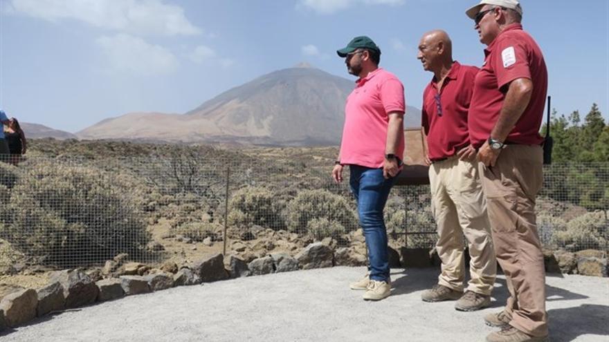 José Antonio Valbuena (izquierda), consejero de Medio Ambiente en el Cabildo de Tenerife, en una visita al Teide
