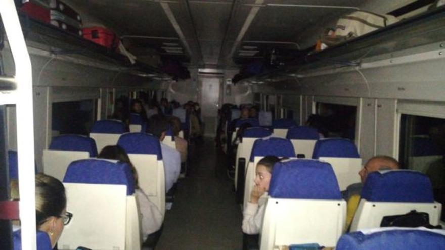 Imagen del interior de un vagón del tren averiado al pasar Navalmoral de la Mata / @extremadurared