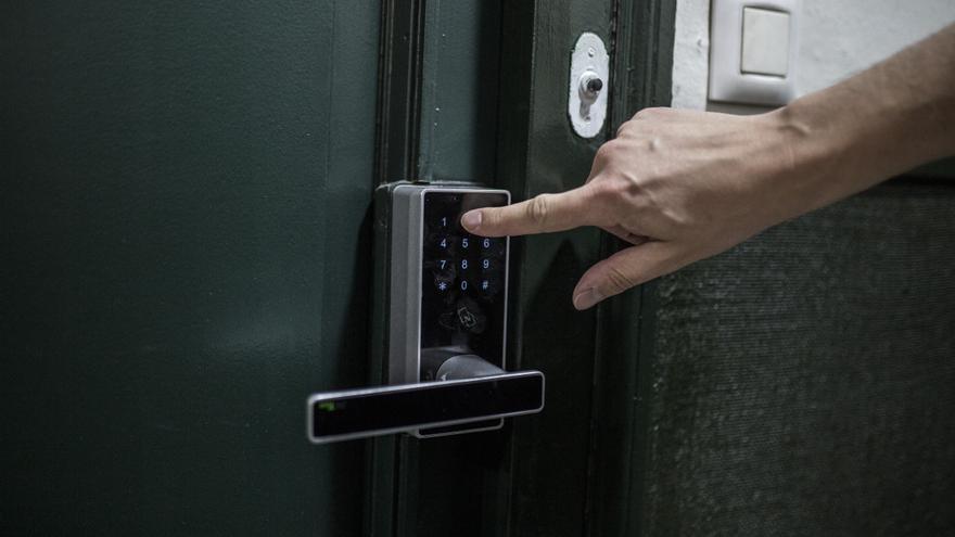 Entrada con código a una de las viviendas de un bloque en la calle Santa Ana, de Lavapiés