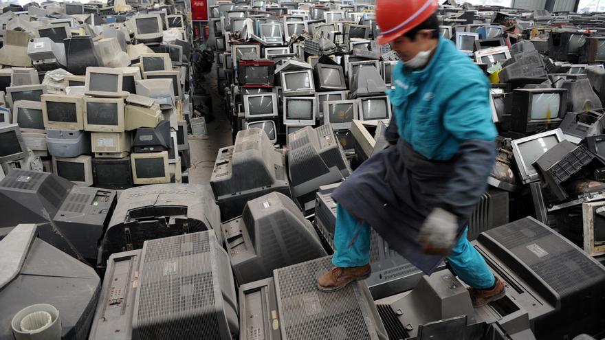 Un trabajador chino camina sobre desechos electrónicos en una planta de reciclaje en la ciudad de Chengdu, en el suroeste del país.