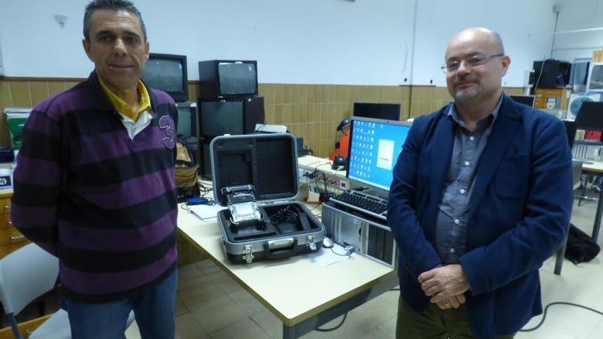 Luis Ponce, jefe del Departamento de Electricidad y Electrónica del IES Virgen de Las Nieves, con el responsable de Telyco-La Palma, junto al  equipo 'fusionador' de fibra óptica.