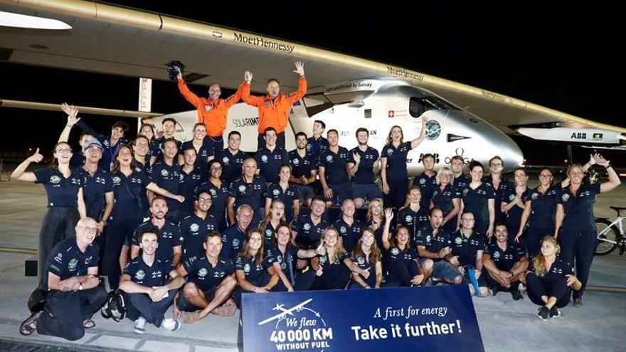 El avión Solar Impulse II logra su pionera hazaña de dar la vuelta al mundo
