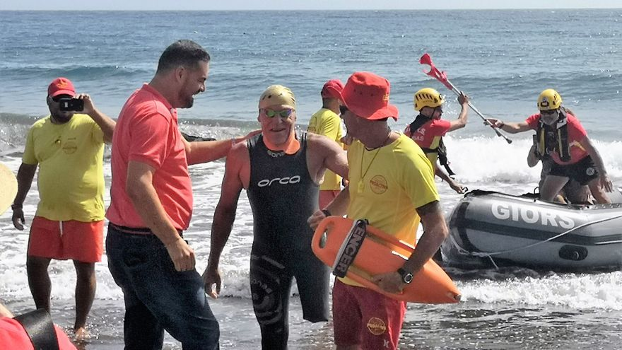 Carmelo Santana recibido en Telde en la parte inicial de su reto.