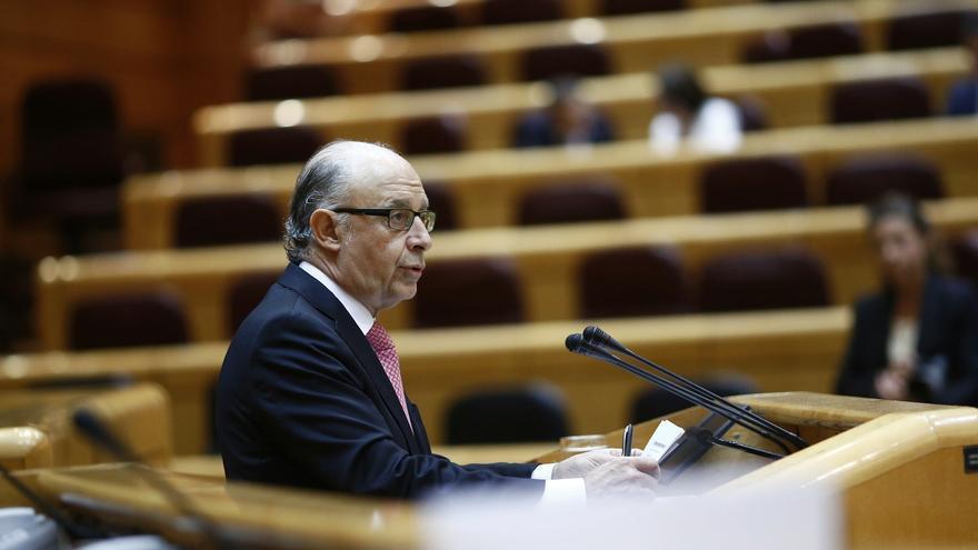 Montoro defiende la reforma local, que moviliza en el Senado a alcaldes y concejales a favor y en contra