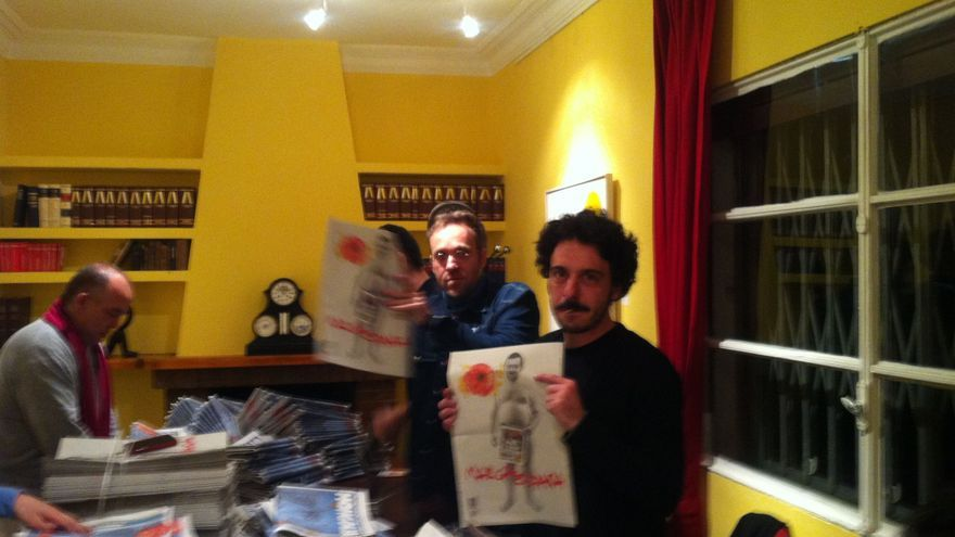 Dario Adanti muestra la contraportada de la revista