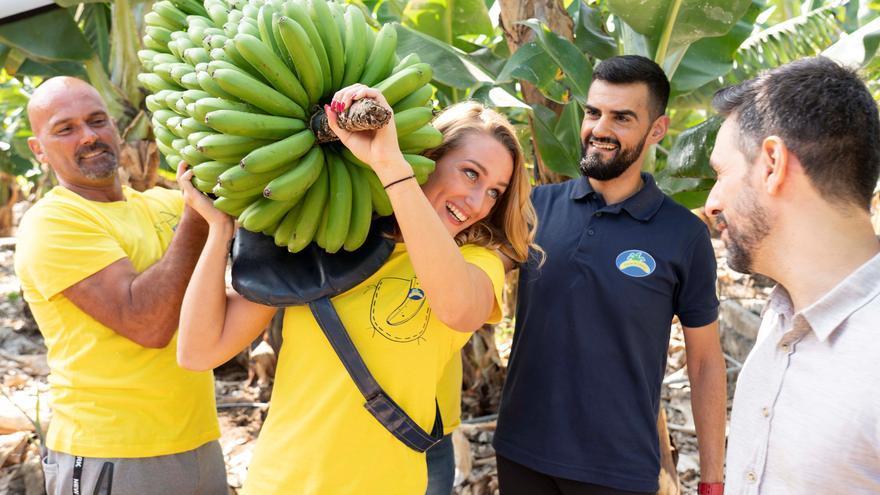 Mireia Belmonte, fotografiada en una finca de plátanos con una piña sobre su hombro