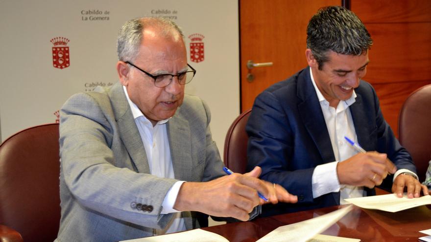 El presidente de Cabildo de la Gomera, Casimiro Curbelo, y el consejero de Agricultura, Ganadería, Pesca y Aguas del Gobierno de Canarias, Narvay Quintero.
