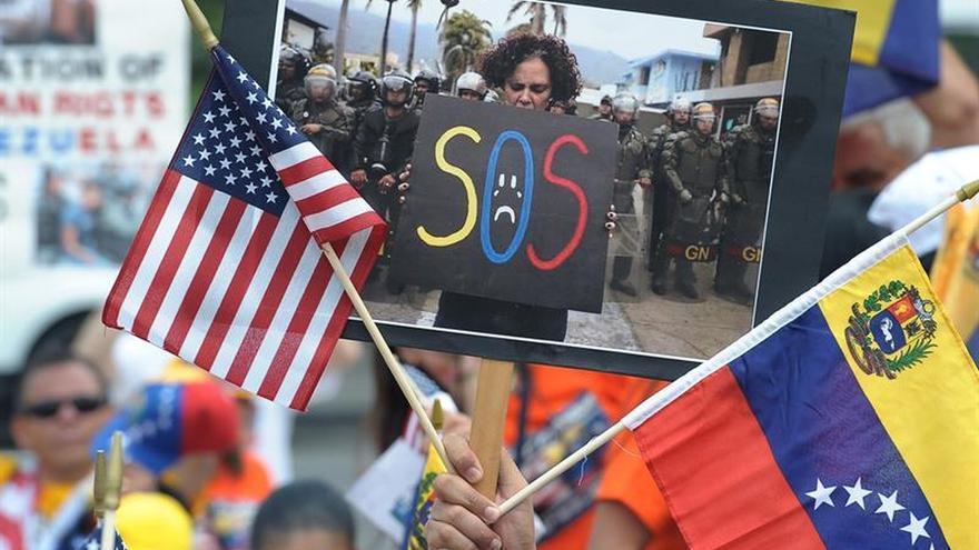 Venezolanos protestan en Miami contra oficialistas que viven fuera del país