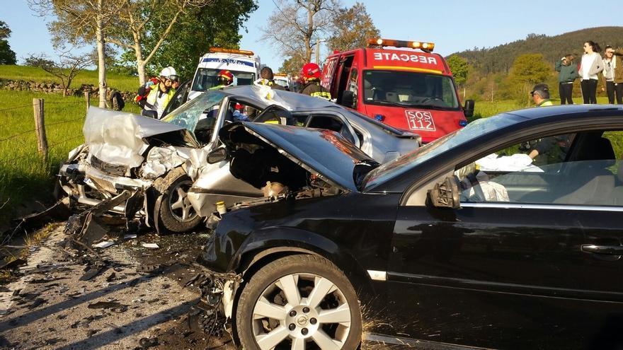 Seis heridos tras una colisión frontal entre dos vehículos en Penagos