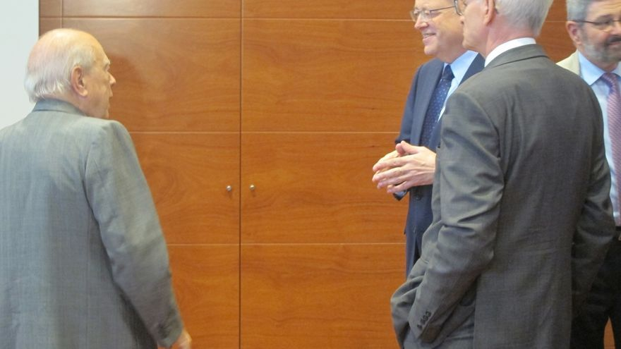 Jordi Pujol asiste a una conferencia de Ximo Puig en Barcelona y conversan unos minutos