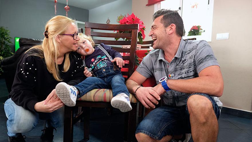 Elisabetta y Tomás, junto a su hijo André, que nació con fibrosis quística