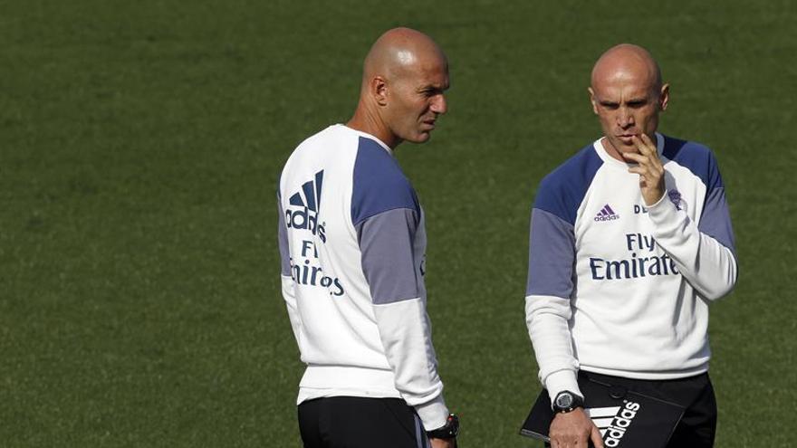 El entrenador del Real Madrid, Zinedine Zidane (i), junto a su ayudante, David Bettoni, durante el entrenamiento que ha realizado el equipo en Valdebebas para ultimar los preparativos del encuentro ante Las Palmas, correspondiente a la 6ª jornada de LaLiga Santander 2016/2017. EFE/Kiko Huesca