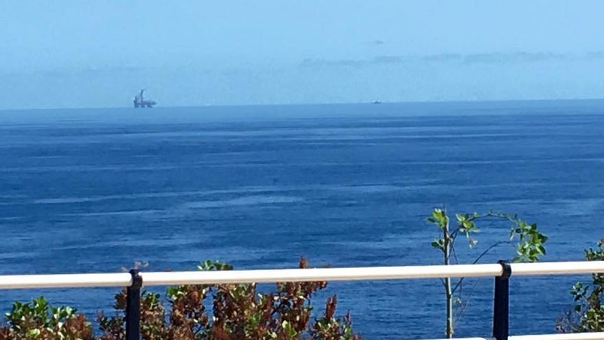 En la imagen, la plataforma petrolífera a su paso por la costa este. Foto: ÁNGEL ALONSO DE PAZ.