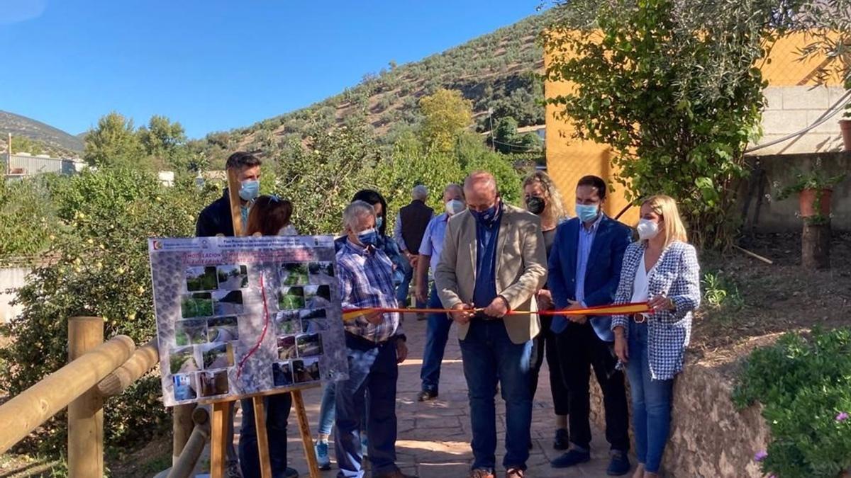 El alcalde de Rute y presidente de la Diputación, Antonio Ruiz, corta la cinta inaugural del remodelado acceso al río Zambra