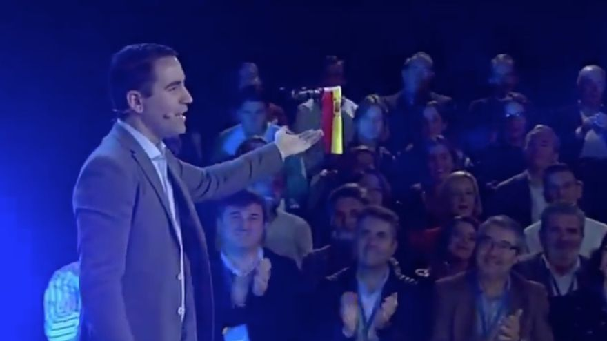 Teodoro García Ejea sujeta un dron con la bandera de España