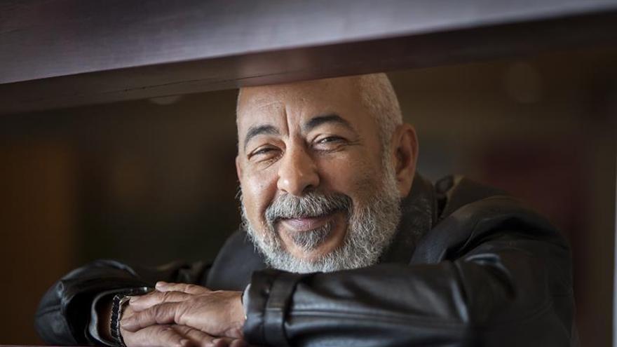 Leonardo Padura, escritor cubano, retratado en Santa Cruz