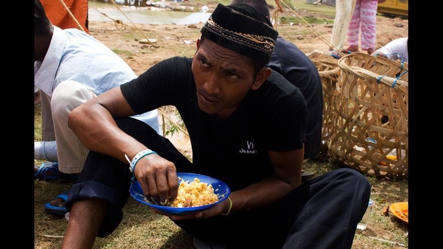 Un refugiado rohingya come en el campo de refugiados de Kuala Cangkoi, en Aceh (Indonesia). © Carlos Sardiña Galache / Yayasan Geutanyoe – A Foundation for Aceh.