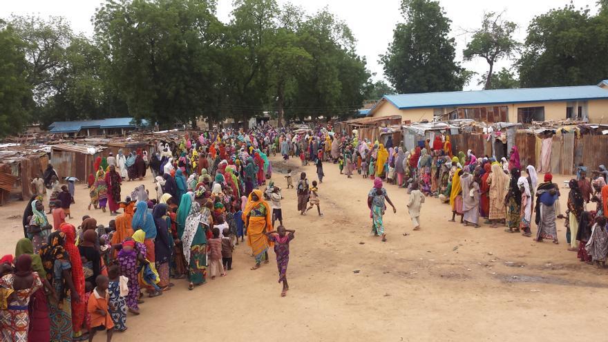 Decenas de personas hacen cola para una revisión. La población desplazada en el campo de Bama se estima entre las 20.000 y 12.000 personas. | Claire Magone/MSF.