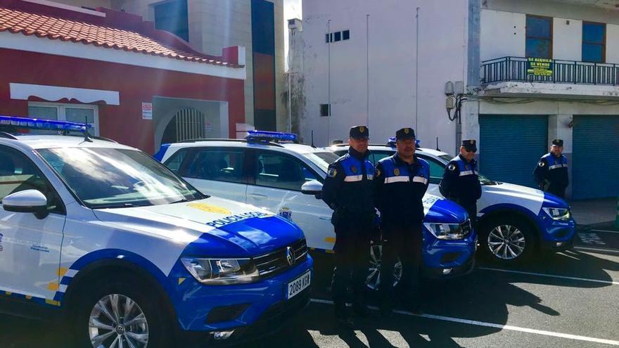 Cuantro agentes de la Policía Local de Los Llanos junto a los tres nuevos vehículos mediante el sistema renting.