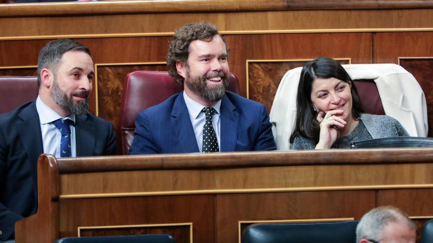 Los diputados de Vox Santiago Abascal, Iván Espinosa de los Monteros y Macarena Olona sonríen durante la réplica del presidente del Gobierno en funciones a la intervención de Abascal en la primera sesión del debate de investidura del candidato socialista a la Presidencia de Gobierno en la XIV Legislatura.